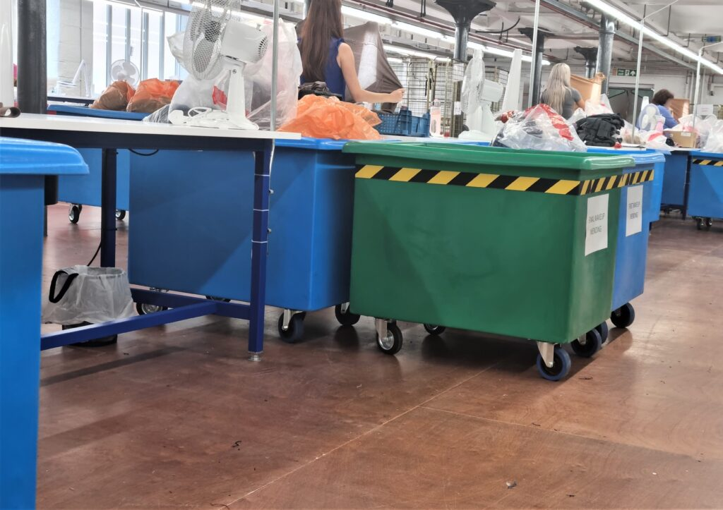 Plastic Container Truck with internal Self levelling unit CLM269
